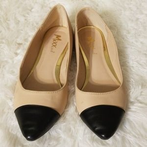 Black and nude flats
